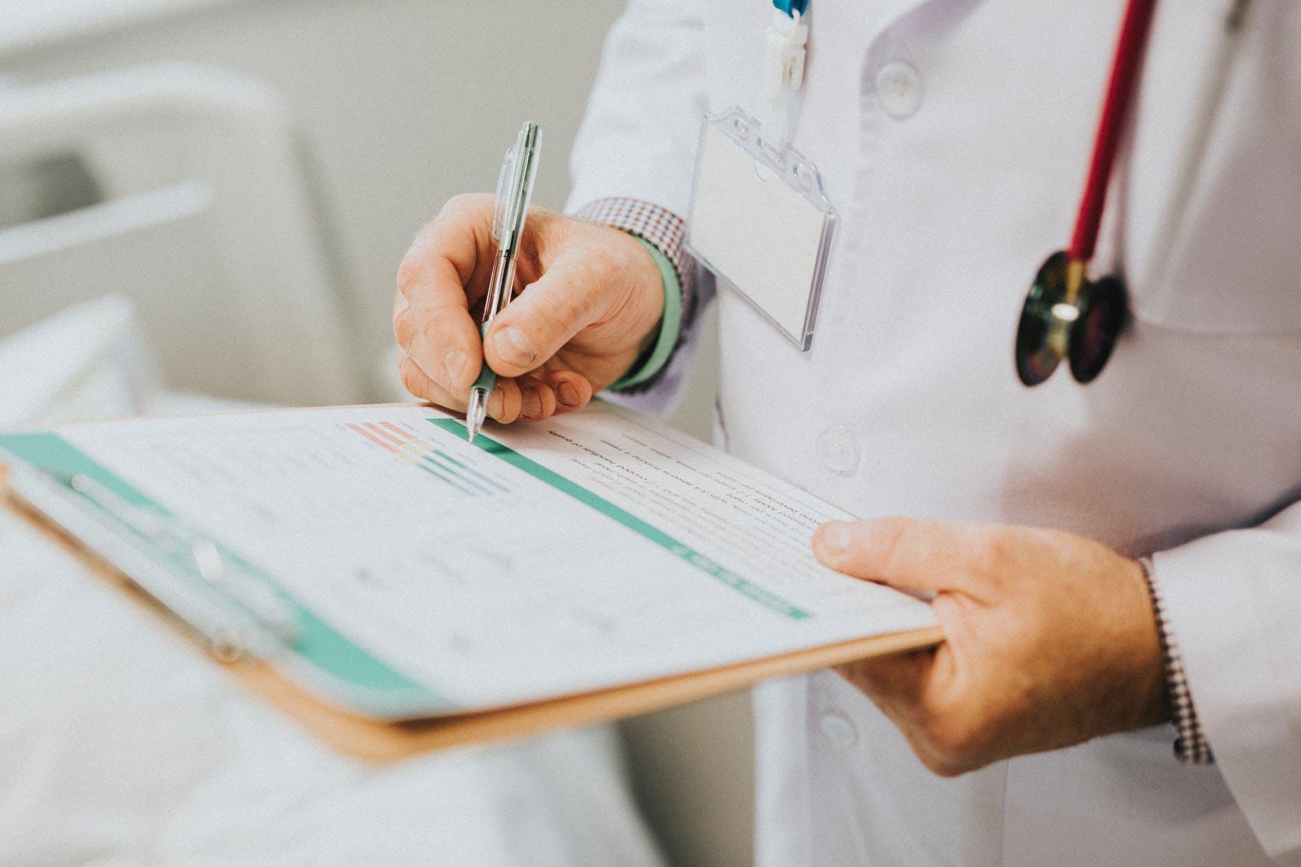 médico indicando tratamento para Ooforite