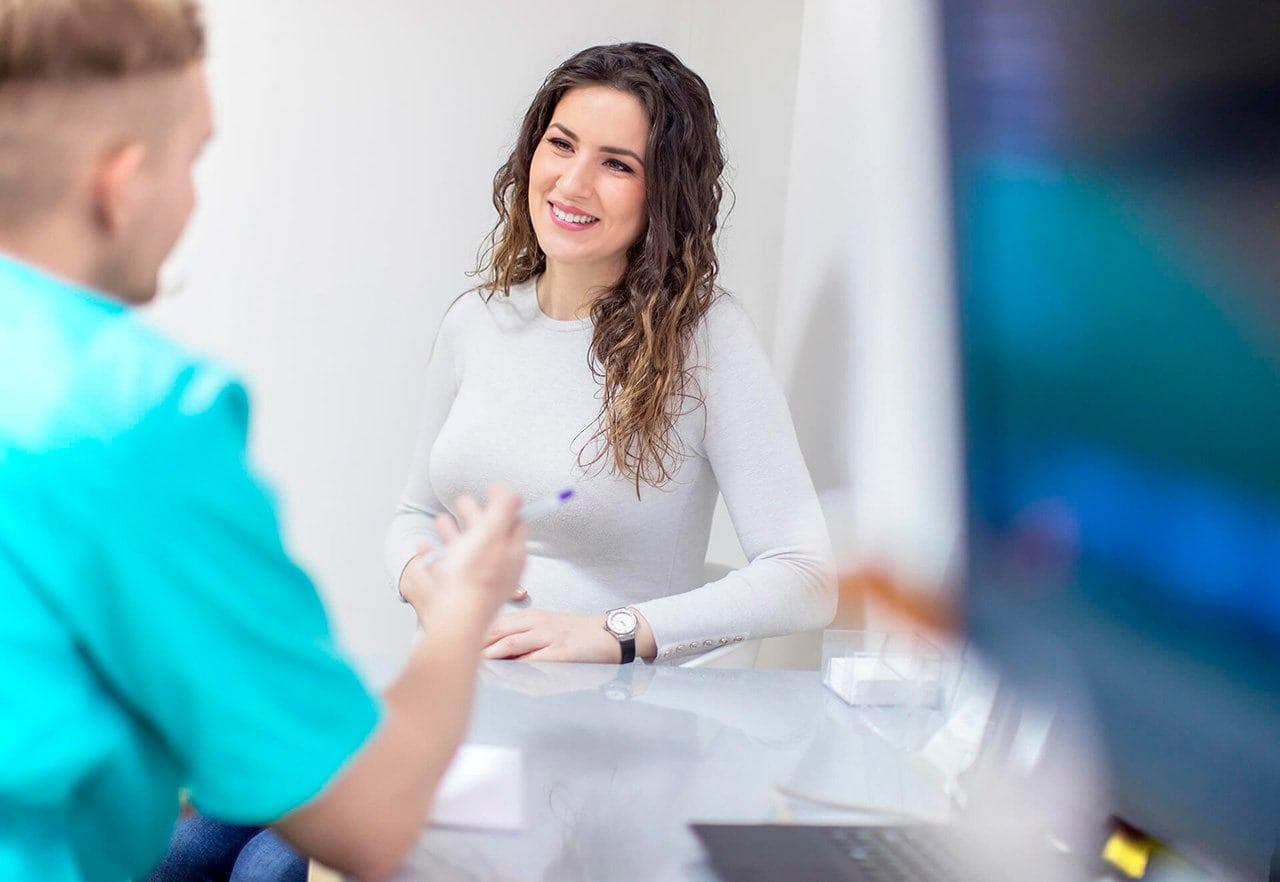 mulher relatando ao médico sintomas de Ooforite