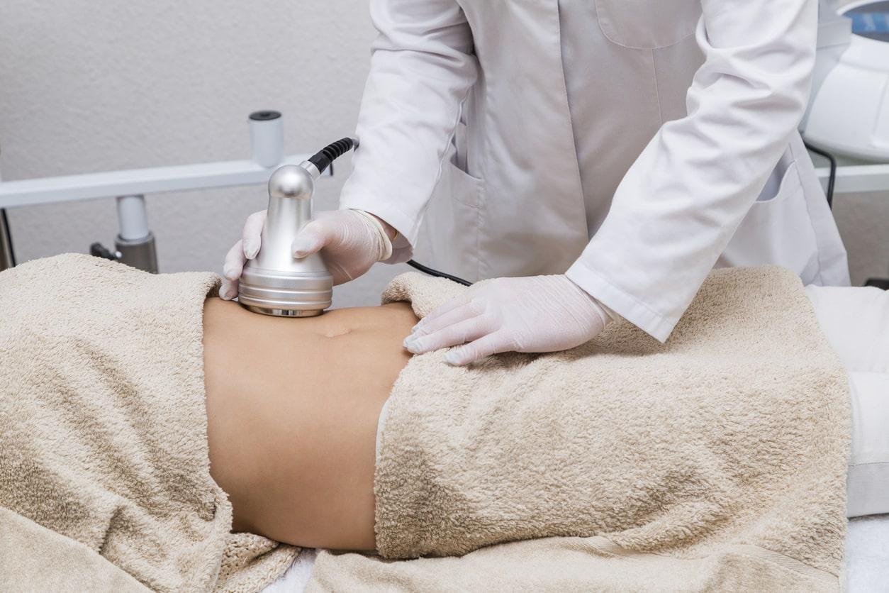 mulher fazendo ultrassom para confirmar útero bicorno