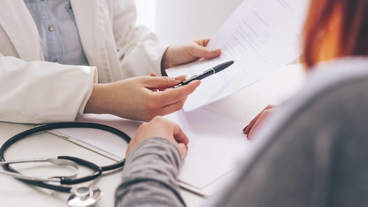 paciente no consultório médico para fazer exames para engravidar