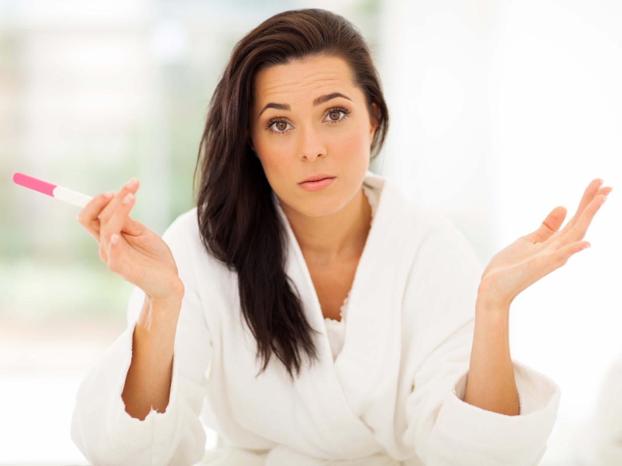 mulher com teste de gravidez nas mãos