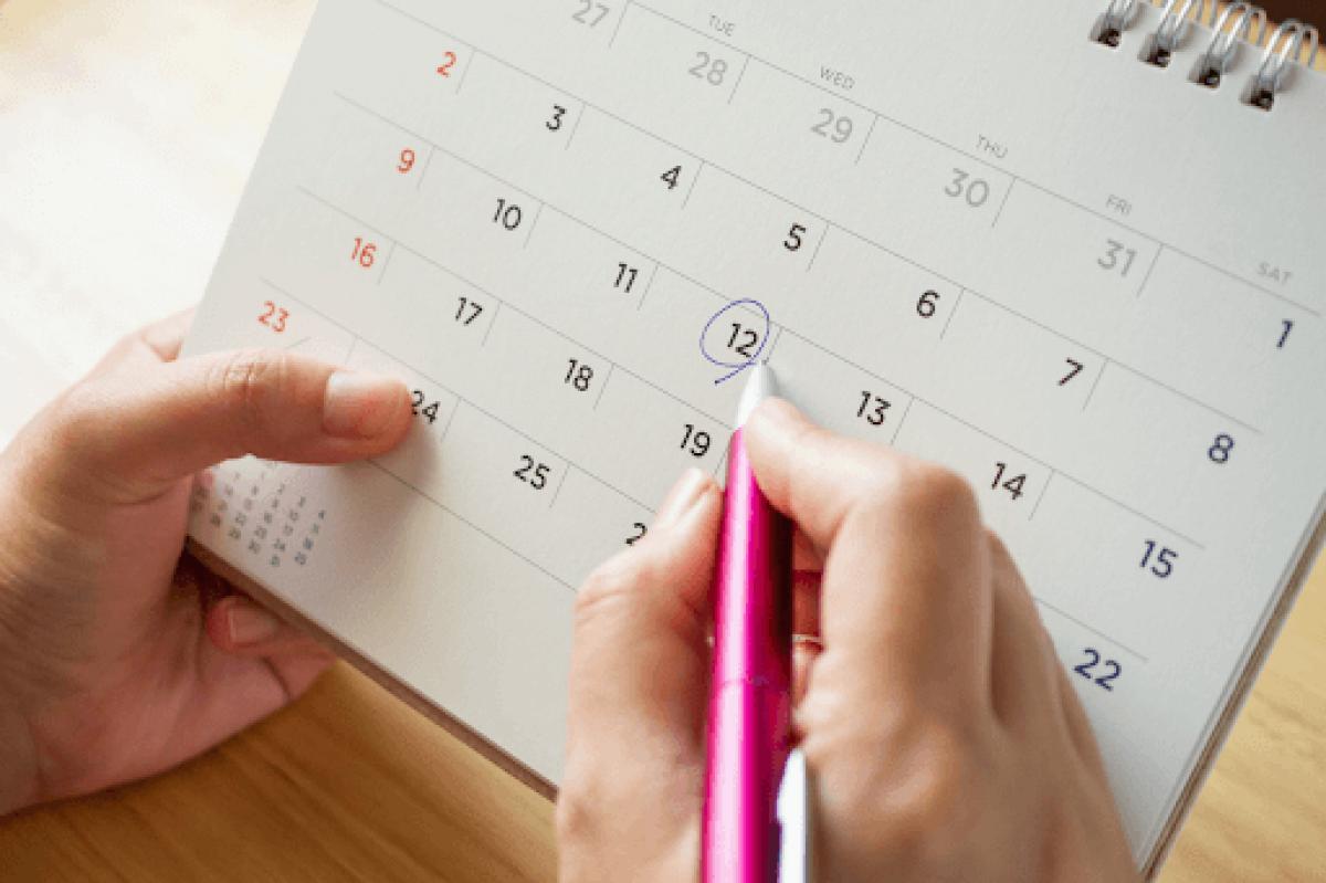 mulher marcando data no calendário